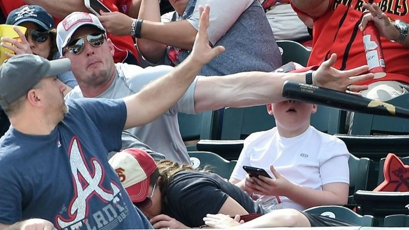 USA news,Baseball match 2016,Baseball match Pittsburgh Pirates VS Atlanta Braves,Fan save the life of young boy,Hero fan saves young boy from Flying Bat at Baseball match
